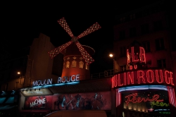 Le Moulin Rouge à Paris de nuit