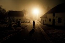 Silhouette dans le village d'Ortheuville la nuit